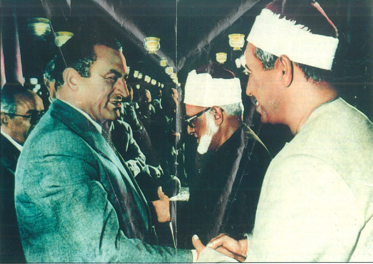 الطبلاوى يصافح الرئيس الراحل حسنى مبارك فى إحدى المناسبات