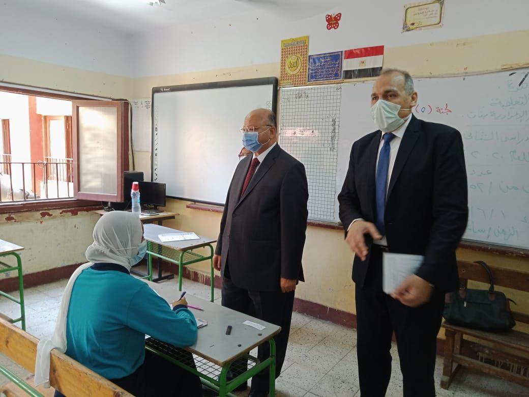 محافظ القاهرة خلال تفقد امتحانات الشهادة الإعدادية