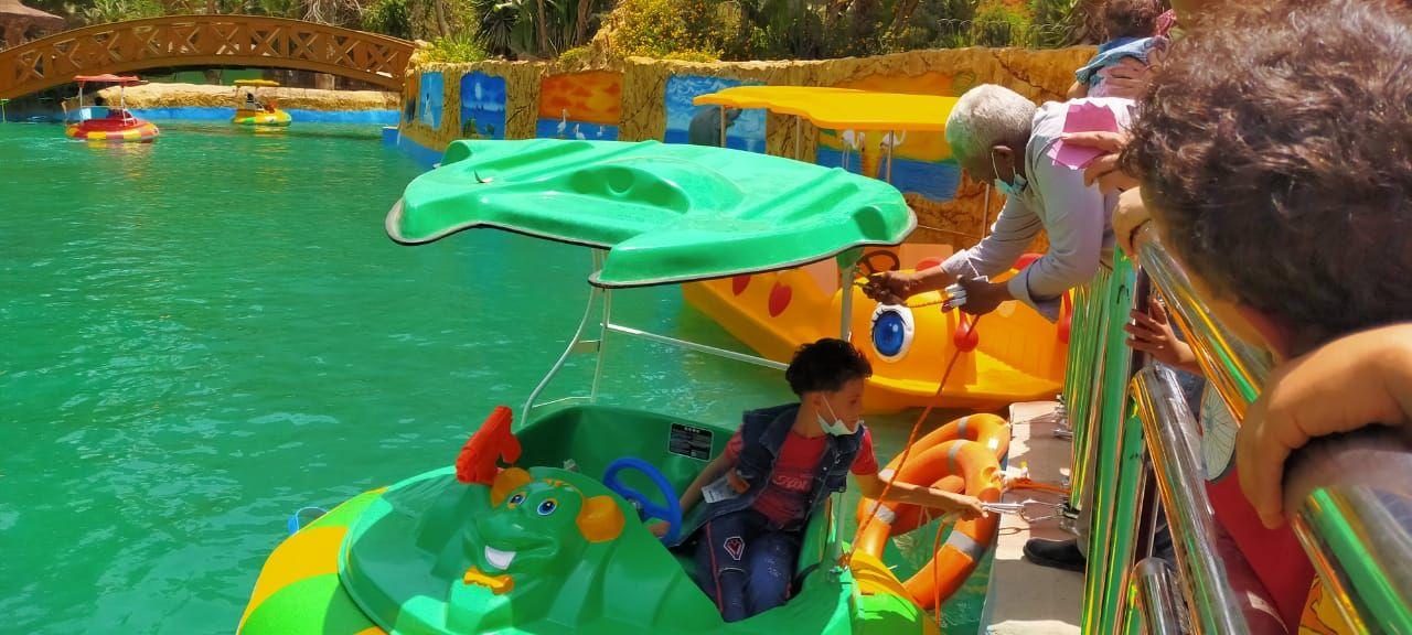 أحد الأطفال يستعد لركوب البدالات النهرية