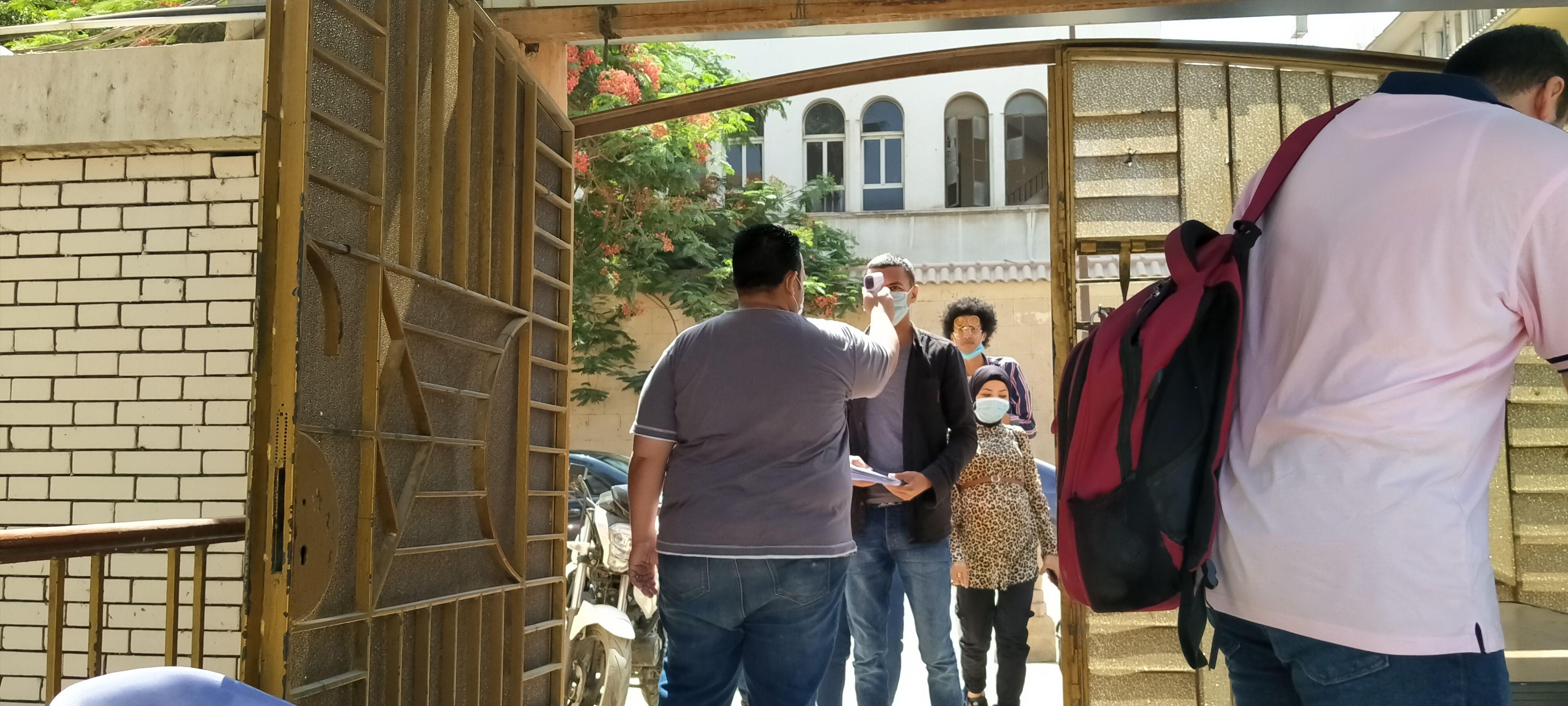 توقيع الكشف الحرارى على الطلاب قبل دخول الحرم الجامعى
