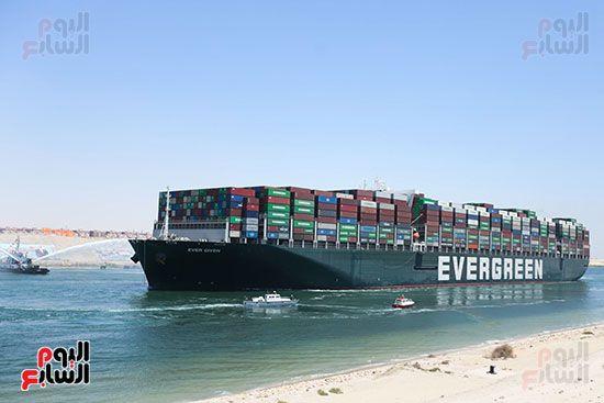 السفينة تغادر قناة السويس