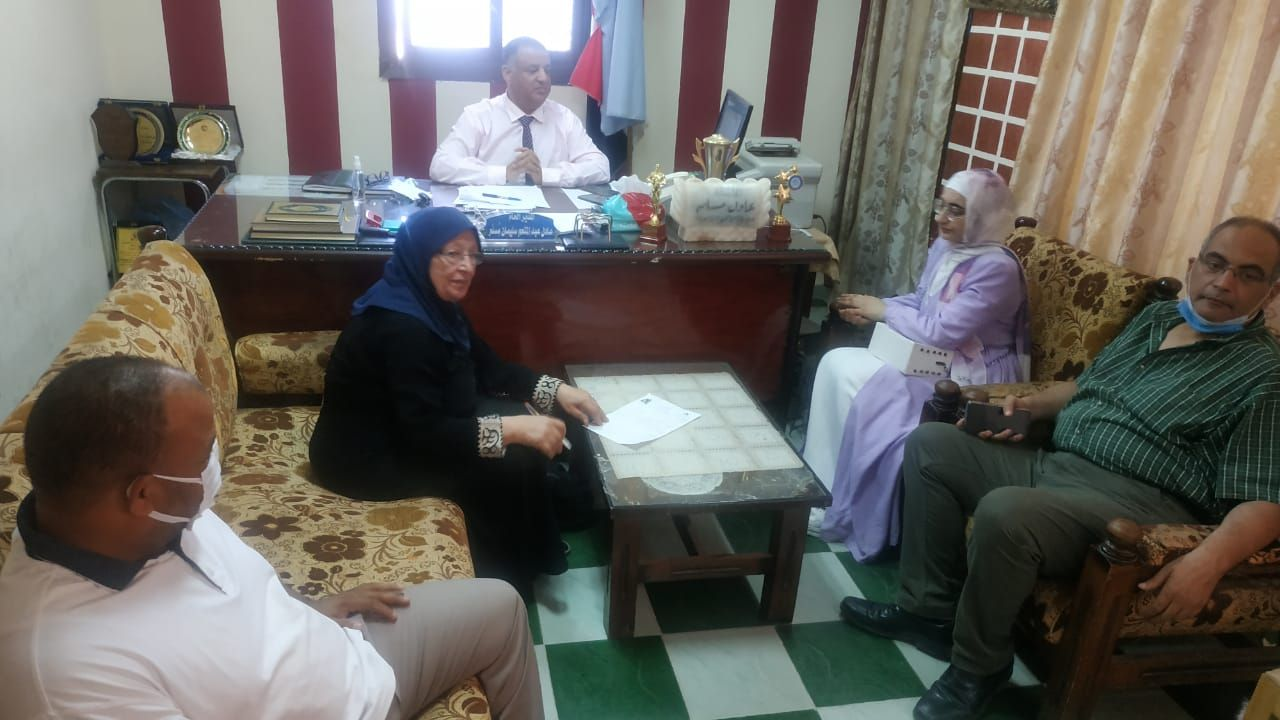 مدرسو جامعة مطروح يشهدون اختبار محو الأمية لامرأة مسنة