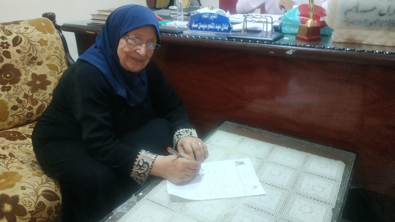 امرأة عجوز تخضع لاختبار محو الأمية