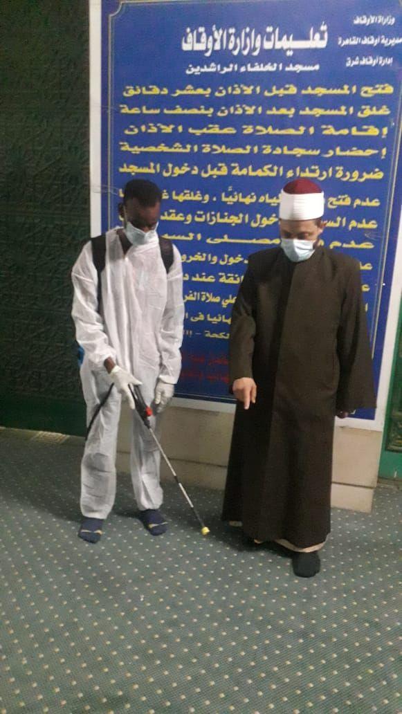 إمام مسجد يشارك فى حملة تعقيم
