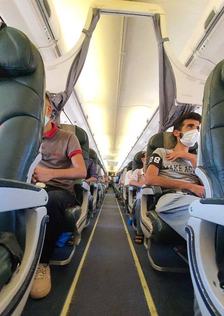 المواطنون المصريون خلال نقلهم من طرابلس إلى القاهرة