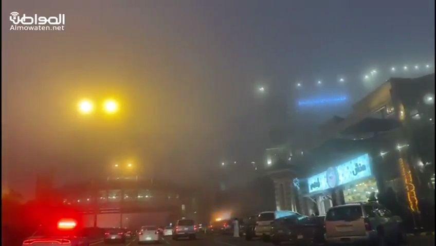الضباب الكثيف يغطي سماء أبها ويعيق الرؤية الأفقية - المواطن