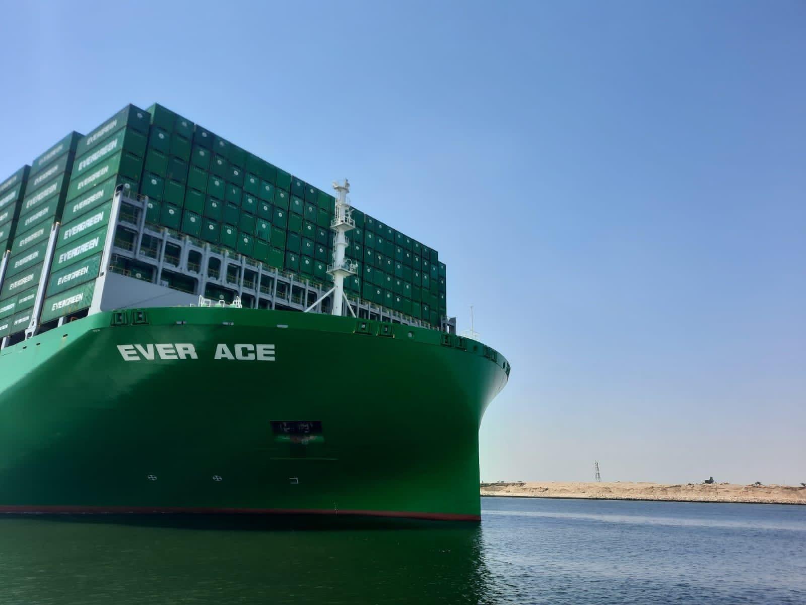 عبور أكبر سفينة حاويات عبر مياه قناة السويس (2).