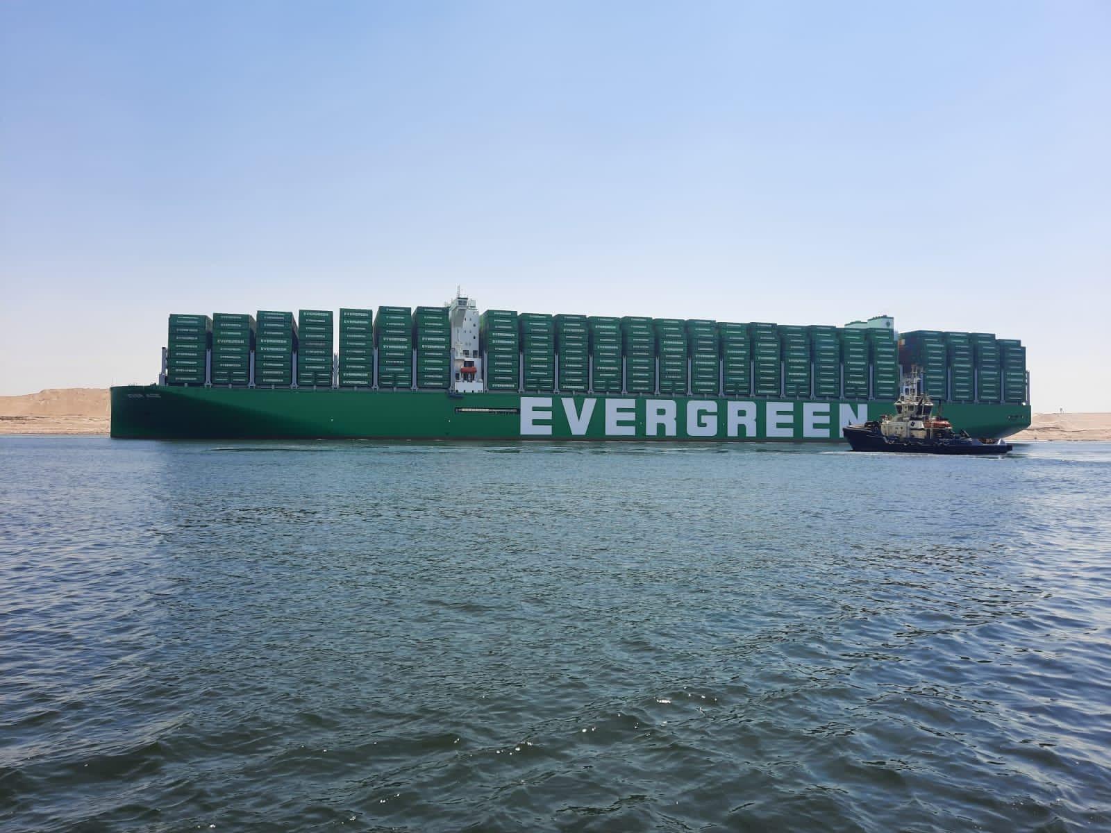 عبور أكبر سفينة حاويات عبر مياه قناة السويس (1)