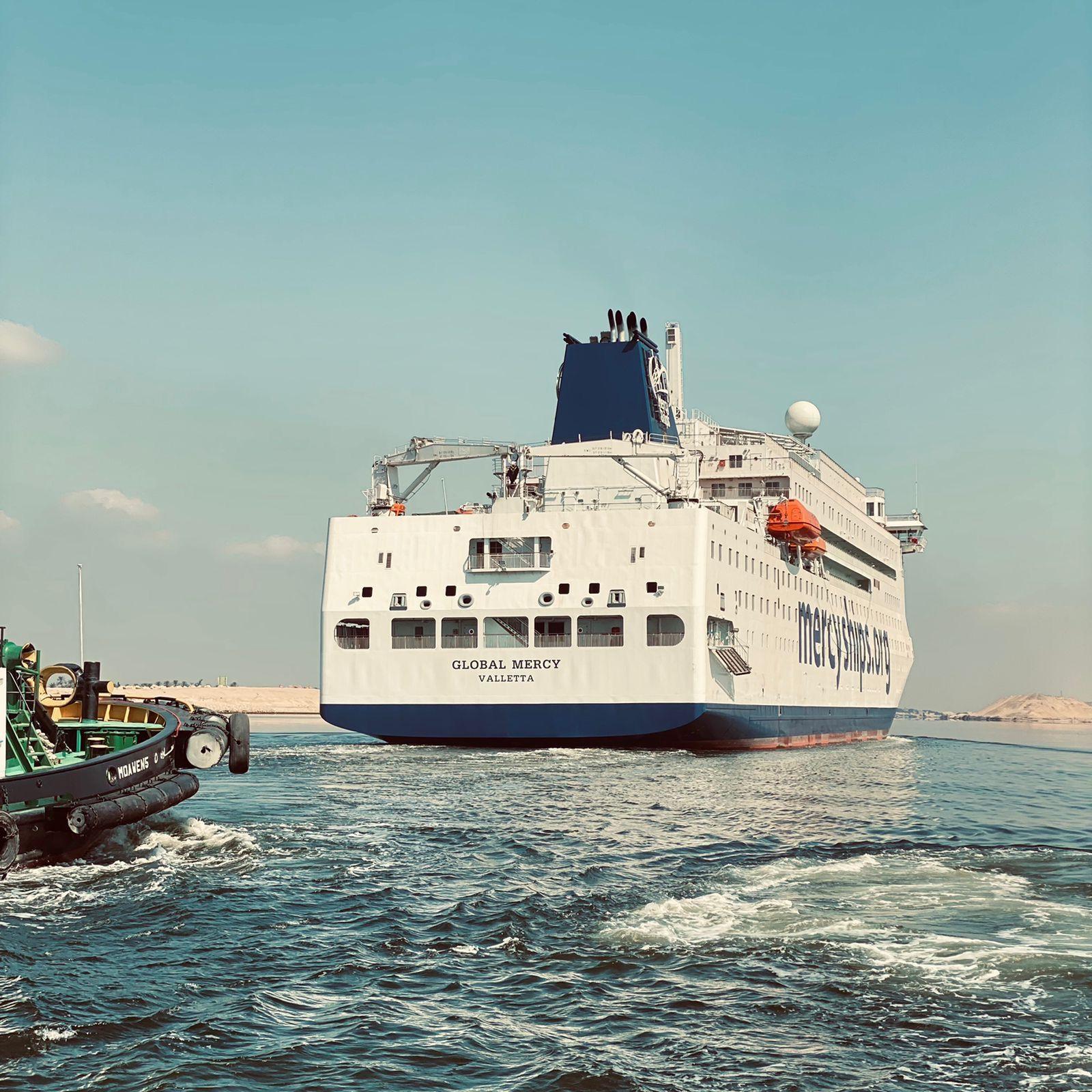 عبور أكبر مستشفى مدني في العالم عبر قناة السويس