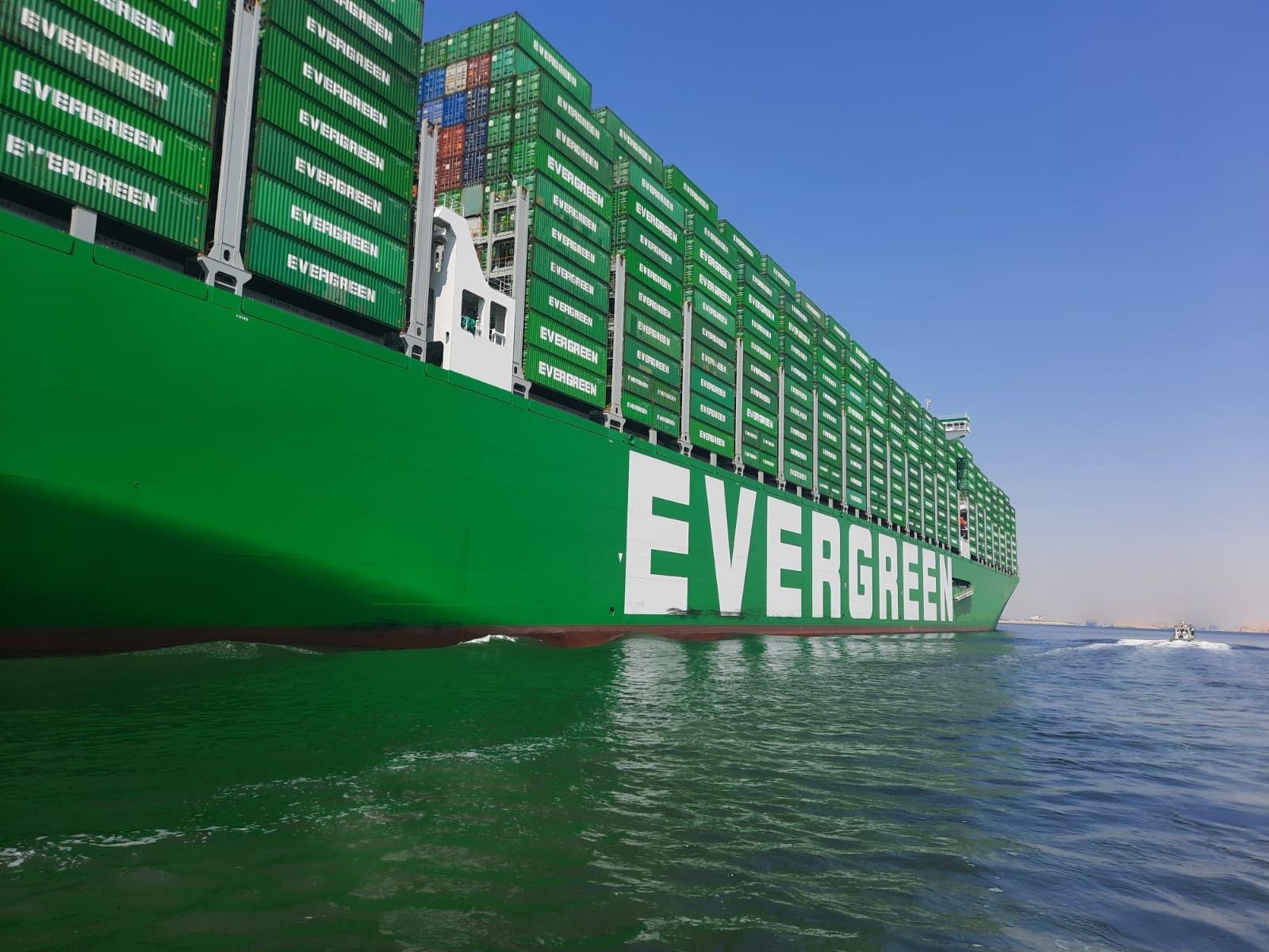 أكبر سفينة حاويات تعبر مياه قناة السويس