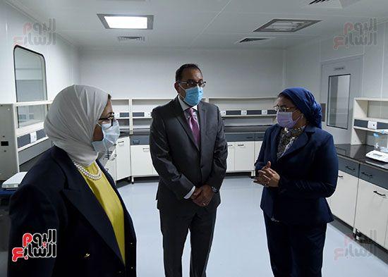 رئيس مجلس الوزراء يتفقد مصنع انتاج اللقاحات (21)