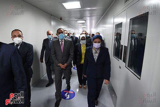 رئيس مجلس الوزراء يتفقد مصنع انتاج اللقاحات (15)
