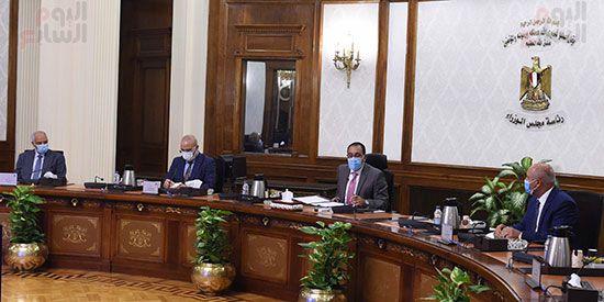 رئيس مجلس الوزراء يستعرض مقترح انشاء وتشغيل محطة حافلات مركزية (2)
