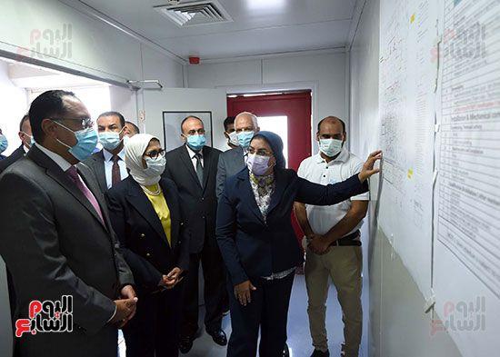 رئيس مجلس الوزراء يتفقد مصنع انتاج اللقاحات (11)