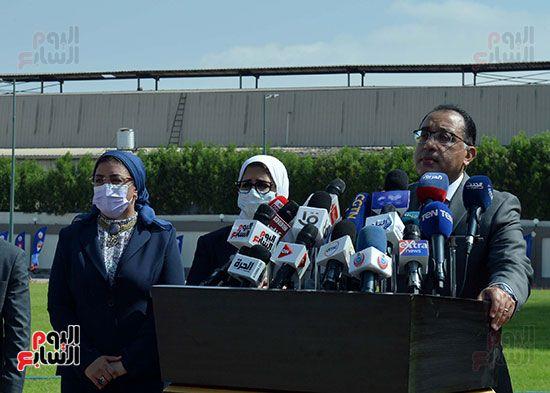 رئيس مجلس الوزراء يتفقد مصنع انتاج اللقاحات (4)