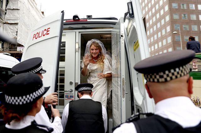 امرأة تقف في سيارة شرطة