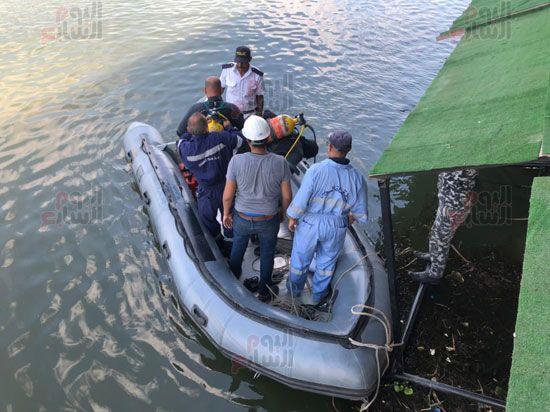 جهود جارية لإنقاذ القارب المائل