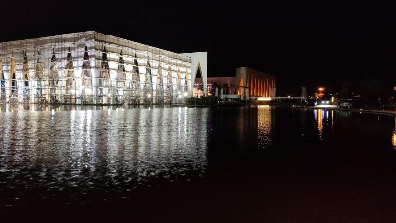 انتهاء طلاء الأجزاء المحترقة لمكان حفل افتتاح مهرجان الجونة السينمائي فى ساعات (2)