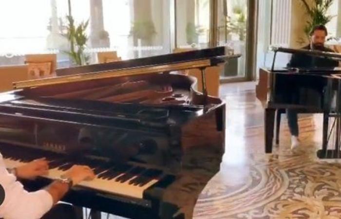 على البيانو.. أحمد حاتم ونادر حمدي يعزفون أنغام عمرو دياب في دبي