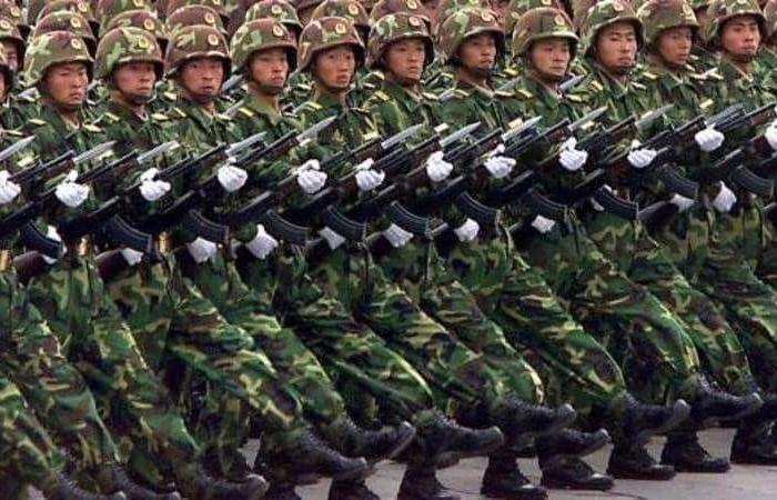 بدلة عسكرية صينية تساعد على حمل 50 كغم