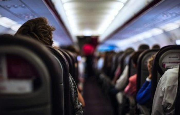 في حالة سكر.. مسافر يعتدي على مضيف طيران بسبب كمامة والشرطة تتدخل