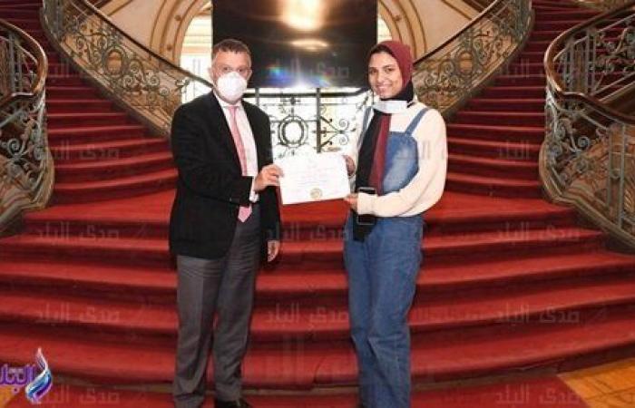 رئيس جامعة عين شمس يكرم الطالبة الحاصلة على الميدالية الذهبية في الكونغ فو