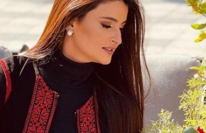 مع الورد الأحمر.. علا الفارس بإطلالة أنيقة على إنستجرام