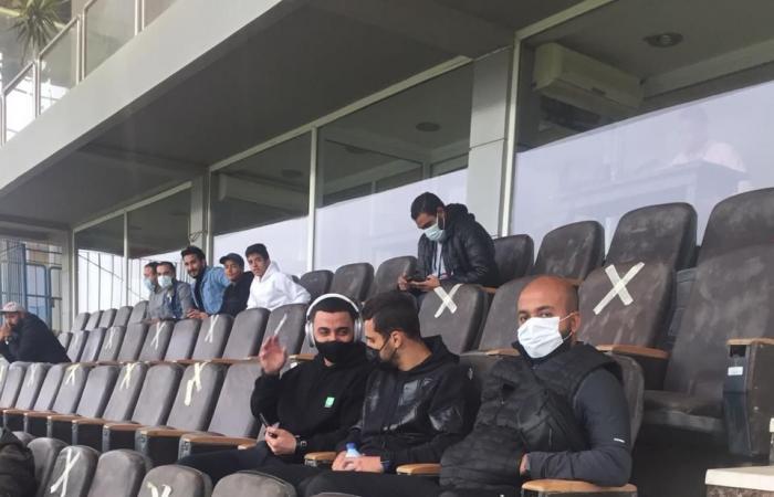 عبد الله السعيد يدعم لاعبى بيراميدز أمام إنبى من المدرجات (صور)