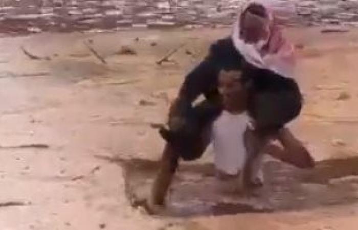 """سعودى ينقذ مسنا غرست سيارته فى مياه الأمطار بوادى """"أم حمض"""" بالمملكة.. فيديو"""