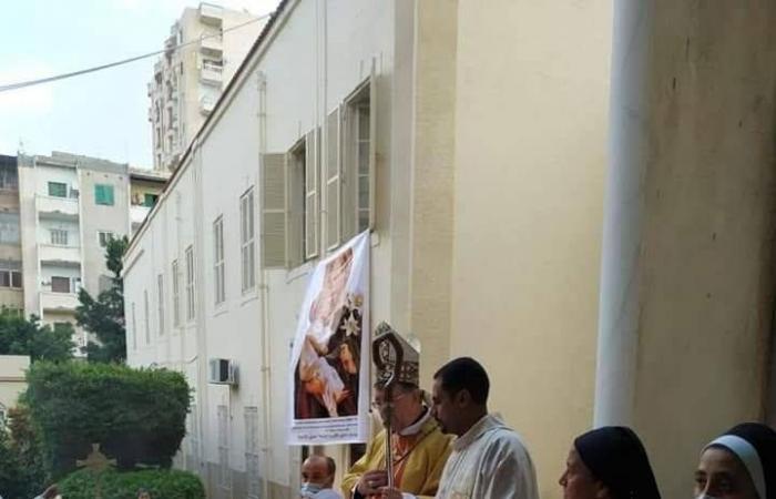 مطران الكنيسة الكاثوليكية يترأس الاحتفال بعيد تقدمة يسوع للهيكل.. صور