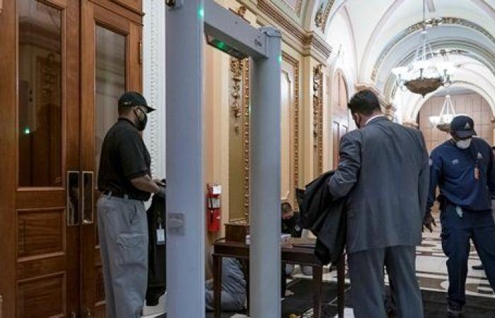 لا توجد أسلحة في المرحاض.. تغريم نائبين جمهوريين 5000 دولار لتهربهما من جهاز كشف المعادن