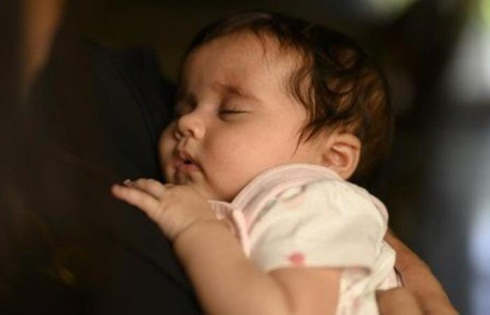 هل تصح صلاة الأم جالسة بطفلها الرضيع ؟ الإفتاء توضح