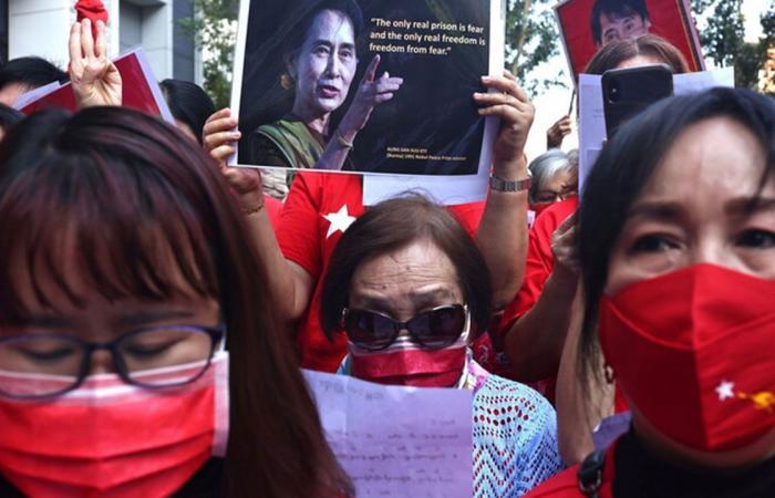 لليوم الثاني.. استمرار المظاهرات في شوارع ميانمار تنديدًا بالانقلاب العسكري