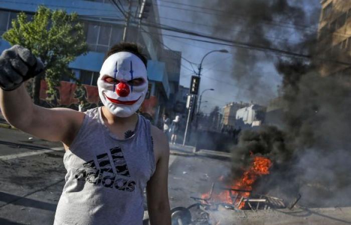 تشيلي… تفجر الاحتجاجات في منتجع بعد قتل الشرطة أحد فناني الشوارع