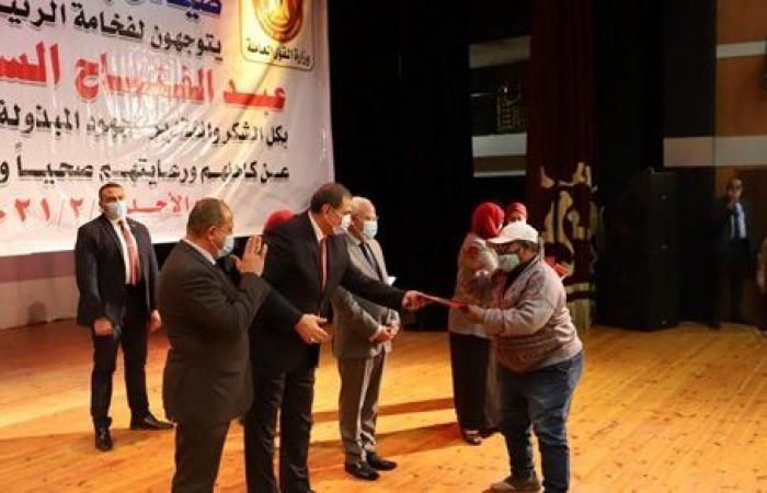 سعفان يسلم 500 صياد ببورسعيد وثيقة للتأمين التكافلى ضد الحوادث
