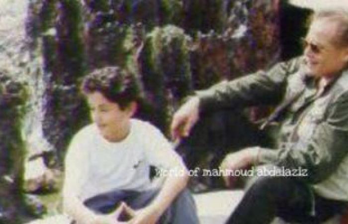 كريم محمود عبد العزيز يستعيد ذكرياته مع والده بصورة نادرة من الطفولة