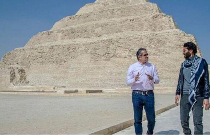 وزير السياحة والآثار يلتقي الفنان خالد النبوي أمام هرم زوسر | صور