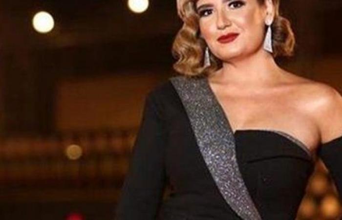 هنا شيحة بالورود من عقد قران شقيقتها حلا ومعز مسعود