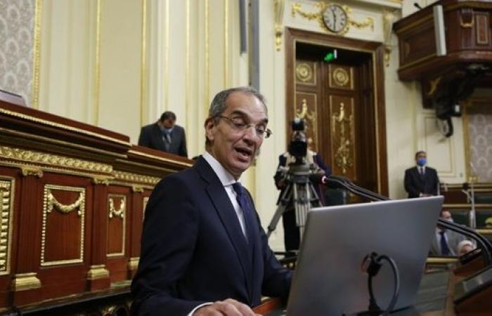 عاجل.. نائب يفاجئ وزير الاتصالات بتجربة خدمات الوزارة أمام البرلمان