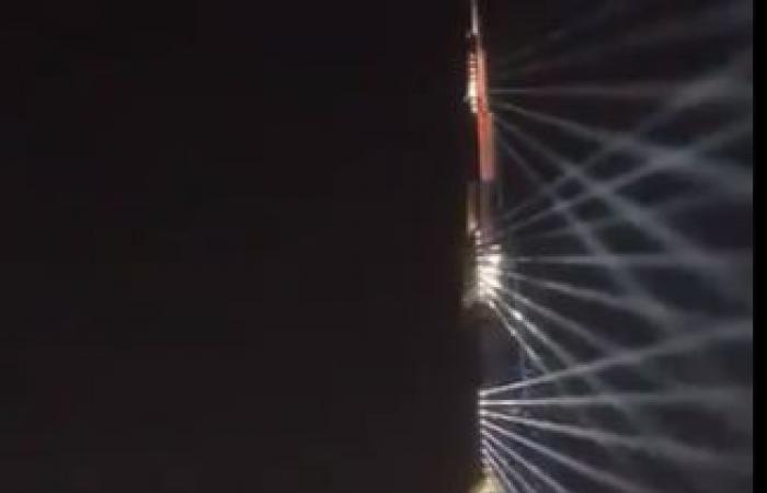 """صور فريق عمل """"مسبار الأمل"""" تزين برج خليفة.. فيديو وصور"""