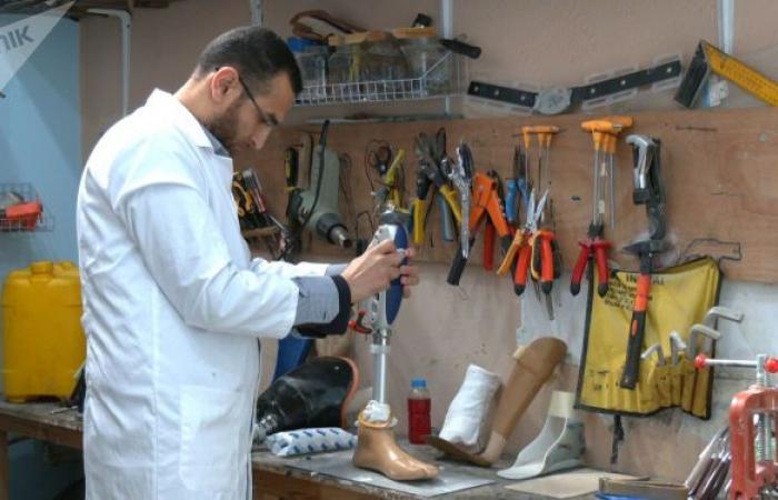 شاب يصنع الأطراف الصناعية بأدوات محلية