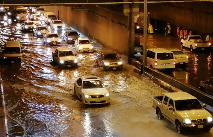 أمطار خميس مشيط.. بحيرات في الشوارع تعيق حركة السير