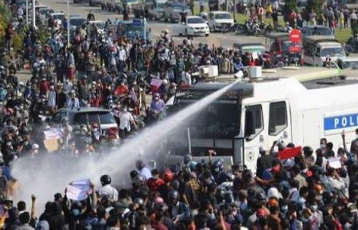 """بـ""""المطاطي"""".. شرطة ميانمار تواجه المتظاهرين"""