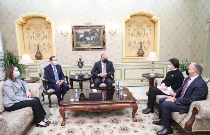 رئيس الوزراء الأردني يصل القاهرة.. ووزير البترول فى استقباله.. صورة
