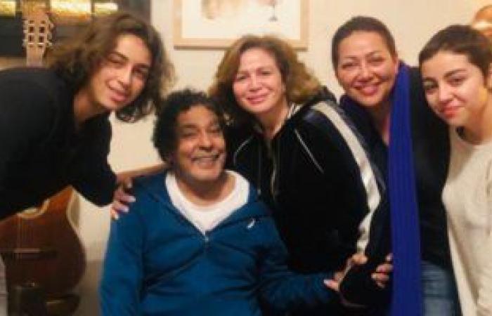 إلهام شاهين بصحبة شقيقتها فى زيارة عائلية إلى منزل محمد منير.. صور
