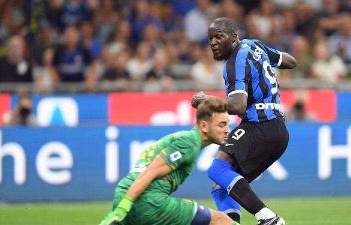 """رغم تصدره ترتيب """"الكالتشيو"""" الإيطالي... مدرب إنتر ميلان يهاجم هدافه لوكاكو"""