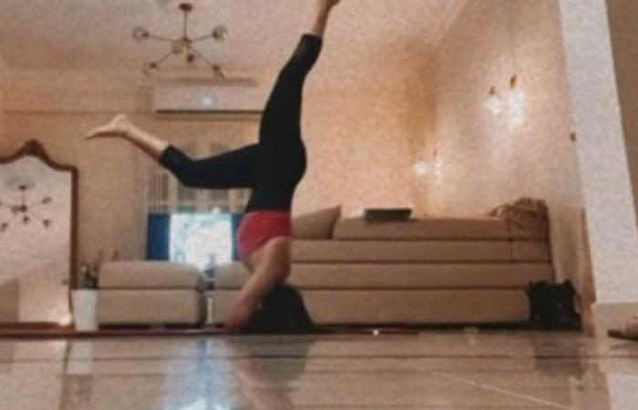 واقفة على رأسها.. أسماء جلال تستعرض لياقتها البدنية بتمارين صعبة