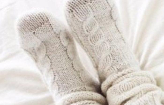 ارتداء الجوارب أثناء النوم مفيد أم ضار؟.. طبيبة تحسم الجدل