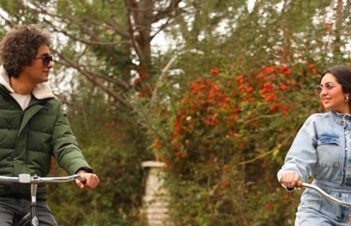 هبة مجدي تقود دراجة هوائية مع محمد محسن احتفالا بعيد الحب