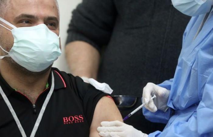 لبنان يلقح 1100 من العاملين في القطاع الطبي